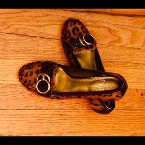 Paola leopard pump.
